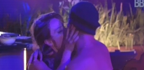 24.jan.2013 - Natália e Yuri se beijam durante a festa Charme