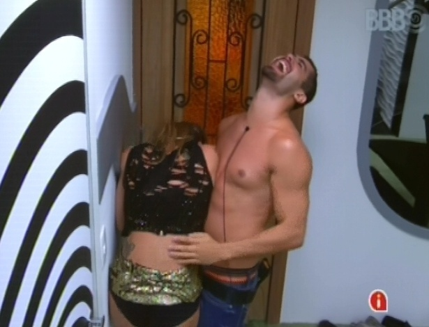 24.jan.2013 - Natália provoca Yuri dentro da casa e ele carrega a sister de volta para a festa