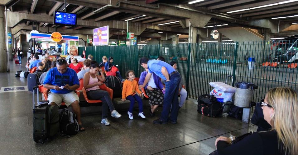 24.jan.2013 - Passageiros aguardam para embarcar na estação Barra Funda em São Paulo (SP), na manhã desta quinta-feira (24), véspera de feriado do aniversário da cidade