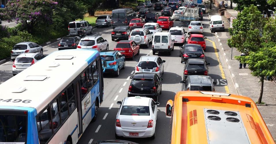 24.jan.2013 - Trânsito intenso na avenida Washington Luís, em  São Paulo , na tarde desta quinta-feira (24), saída para o feriado do aniversário de São Paulo