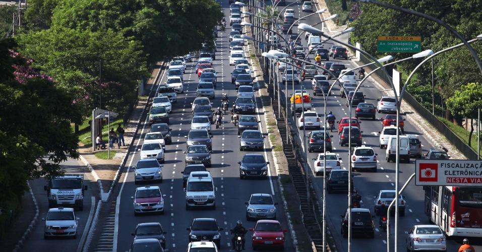24.jan.2013 - Trânsito na manhã desta quinta-feira (24) na avenida Rubem Berta, próximo ao aeroporto de Congonhas, zona sul de São Paulo (SP), na véspera de feriado do aniversário da cidade