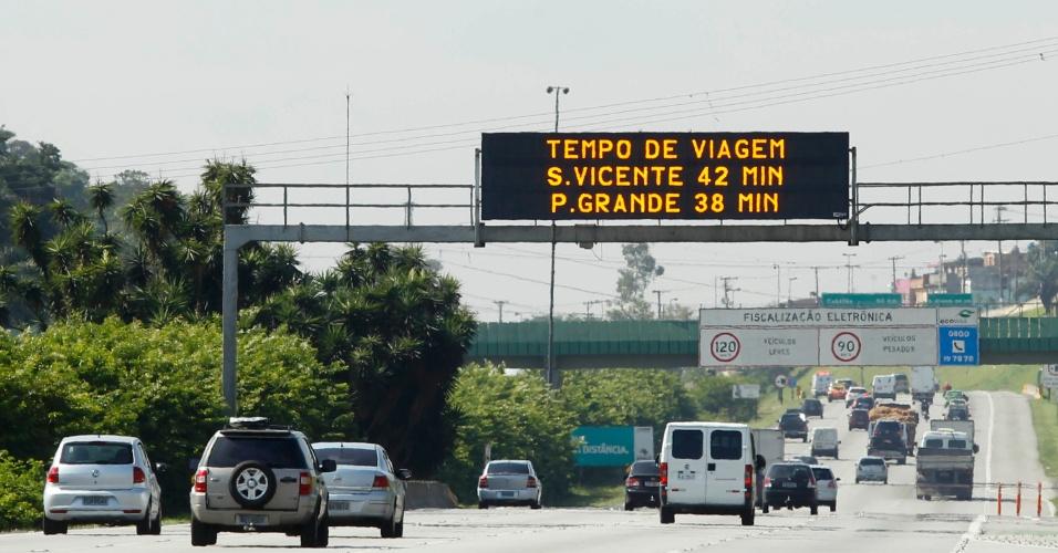 24.jan.2013 - Trânsito na manhã desta quinta-feira (24) na rodovia dos Imigrantes, altura do km 13 em São Paulo (SP), véspera de feriado do aniversário da cidade