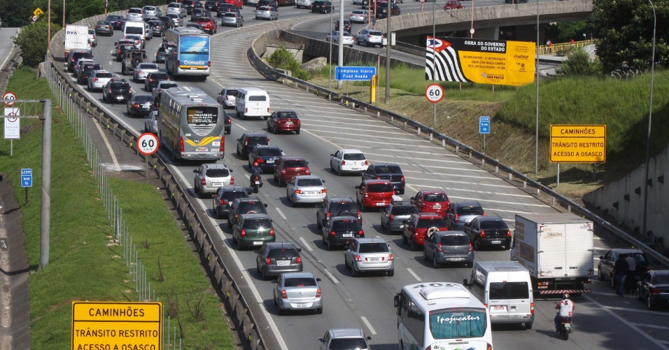 24.jan.2013 - Trânsito na rodovia Castello Branco, na altura da cidade de Osasco, na região metropolitana de São Paulo,  na véspera do aniversário da capital paulista