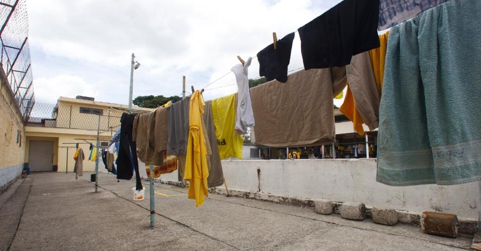 24.jan.2013 - Varais improvisados são colocados ao lado da quadra de esportes do presídio. Ao entrar, cada preso recebe um kit com camiseta, calção, blusa, jaqueta, bota, roupa íntima, desodorante, barbeador, sabonete, cobertor, travesseiro e lençol
