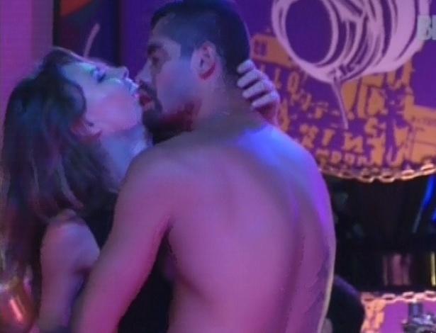 24.jan.2013 - Yuri tenta beijar Natália na pista de dança