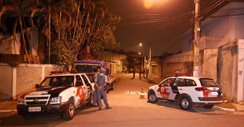 24.jan.2013- Três policiais militares à paisana foram baleados durante uma emboscada na região do Campo Grande, zona sul de São Paulo. Os soldados chegaram ao local em suas motos particulares e estavam conversando na rua quando dois desconhecidos saíram de uma viela. Ao perceberem que os suspeitos estavam armados com escopetas calibre 12, os militares sacaram suas armas e atiraram. Na troca de tiros, os policiais foram baleados nas pernas. Os suspeitos conseguiram fugir. Os três PMs foram socorridos por colegas da corporação e encaminhados ao hospital Geral da Pedreira