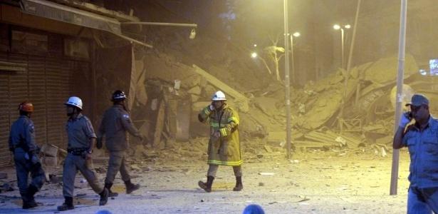 Bombeiros inspecionam área onde prédios desabaram há cinco anos, no centro do Rio de Janeiro