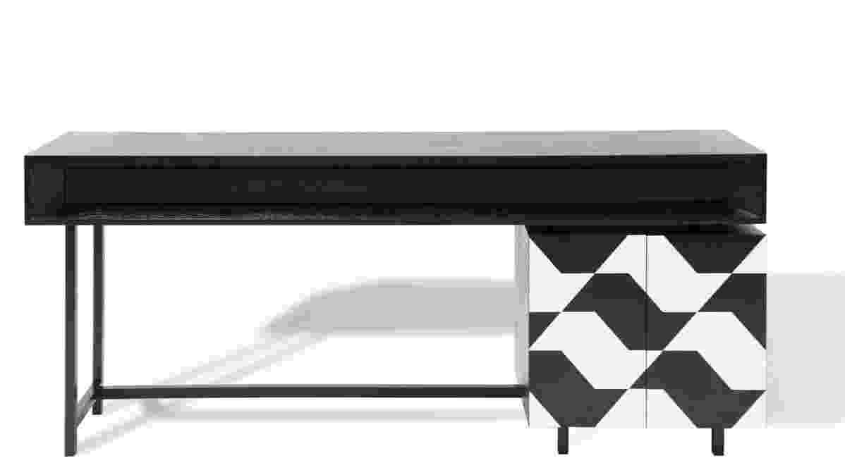 O aparador Paulistinha, desenhado por Amélia Tarozzo, tem como inspiração a arquitetura modernista da capital paulista, com seus planos retangulares. A estrutura do móvel é feita em MDF, madeira de carvalho e aplicação de lâmina de madeira preta e branca para a composição dos mapas do estado. Com dimensões 200 cm x 45 cm x 80 cm, a peça custa R$ 9.395, na Clami (www.clami.com.br) - Divulgação