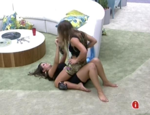 Bêbadas, Andressa e Natália conversam na sala
