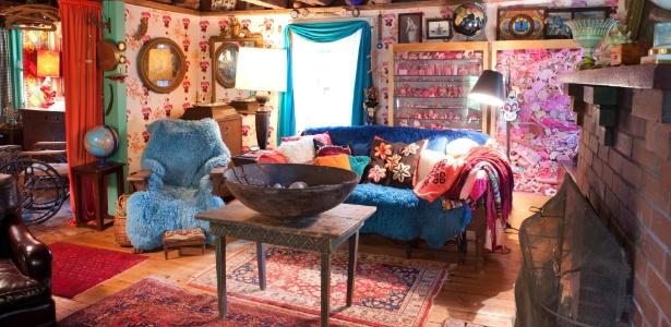 A sala foi decorada com estêncis e chama a atenção a poltrona recoberta por pelúcia azul brilhante - Tony Cenicola/ The New York Times