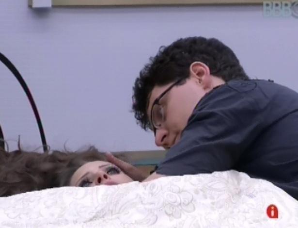 Ivan cuida de Andressa depois da bebedeira da sister