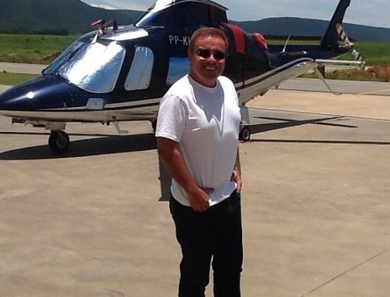 jan.2013 - Gugu Liberato divulga foto em que aparece em frente a um helicóptero