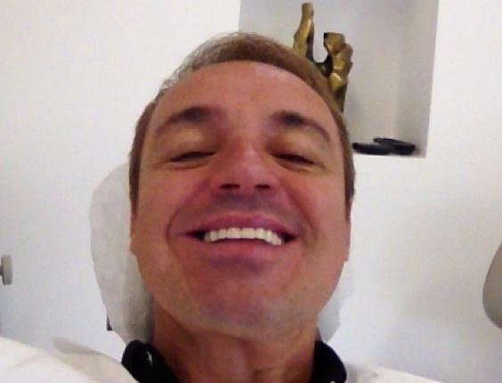 jan.2013 - Gugu Liberato publica foto em que aparece na cadeira do dentista