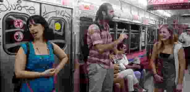 Jeremías di Rosa, Giselle Deguisa (à dir.) e Silvia Levy (à esq) do grupo de teatro Atores no Subte, fazem uma esquete cômica no metrô de Buenos Aires - EFE/Javier Brusco