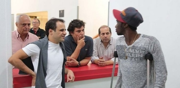 Massa conversou também com Negueba, que esteve no vestiário mesmo com joelho operado