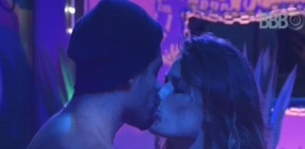 Yuri beija Natália durante a festa Charme