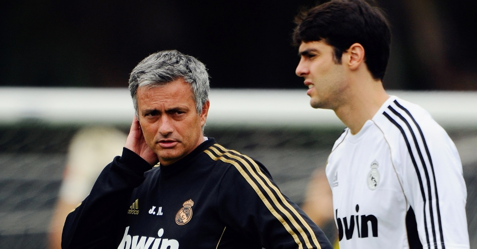 13.jul.2011 - Técnico José Mourinho conversa com o meio-campista brasileiro Kaká durante treino do Real Madrid