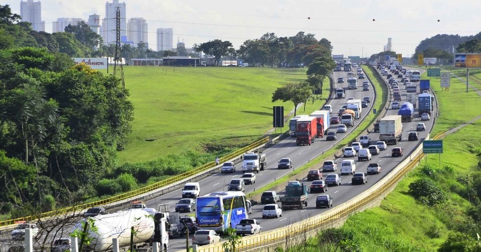 25.jan.2013 - A rodovia Presidente Dutra tem trânsito intenso na manhã desta sexta-feira (25) entre os quilômetros 150 e 157, em São José dos Campos (SP), no Vale do Paraíba