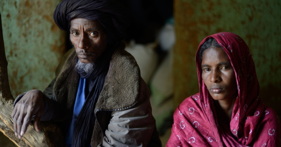 25.jan.2013 - Ali Ag Noh (à esq.) e sua mulher Zahra permanecem dentro de casa no vilarejo de Seribala, a 350 km da capital Bamaco, no Mali, depois que familiares foram mortos na última quinta-feira (24) pelo exército do Mali