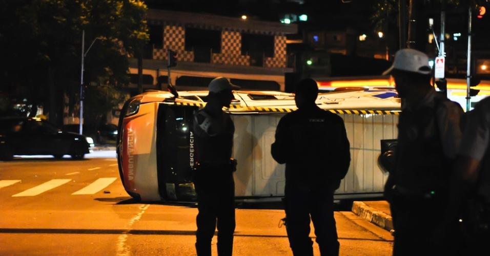 25.jan.2013 - Ambulância capota após colidir com carro na Freguesia do Ó, zona norte de São Paulo. Segundo a polícia, duas pessoas foram socorridas para um hospital da região