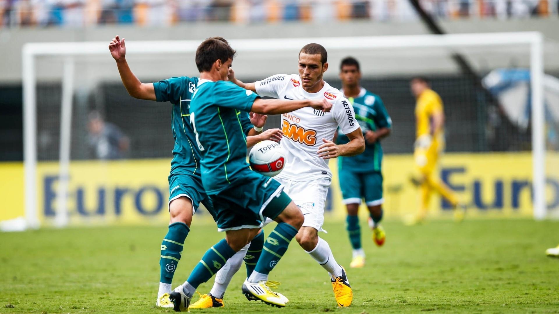 25.jan.2013 - Atletas de Santos e Goiás lutam pela bola no 2° tempo da decisão da Copa SP