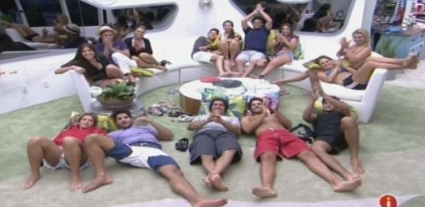 "Brothers assitem ao primeiro capítulo de ""Pé Na Cova"", de Miguel Falabella"
