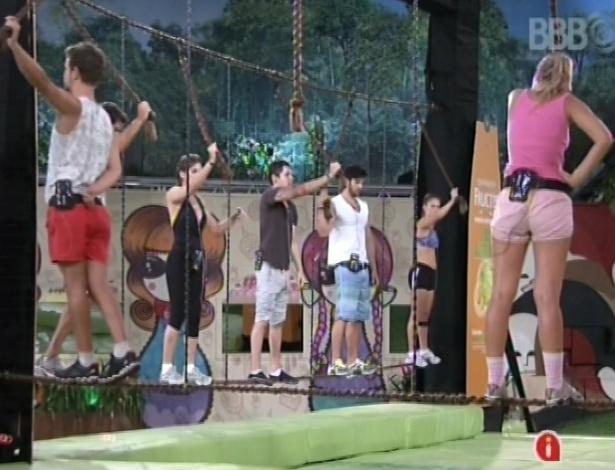 25.jan.2013 - Brothers se equilibram em cordas em prova pela liderança da semana