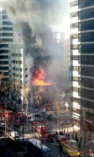 25.jan.2013 - Edifício em Seul (Coreia do Sul) queima em incêndio nesta manhã