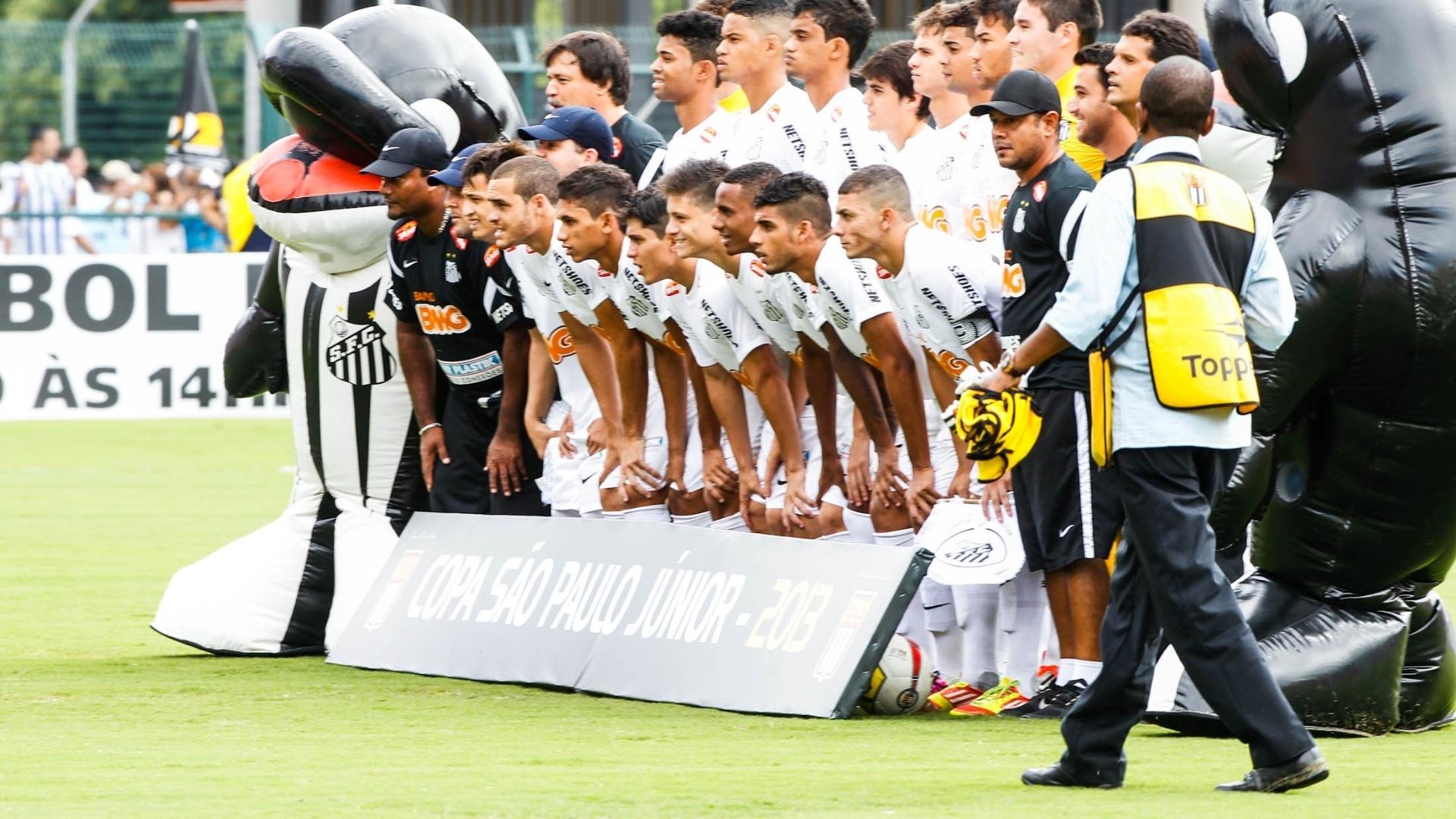 25.jan.2013 - Equipe do Santos posa para foto antes da partida decisiva da Copa São Paulo contra o Goiás