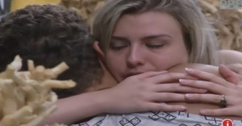 25.jan.2013 - Fernada esclarece problema com Aslan e recebe um abraço do brother