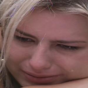 Fernanda abraça Andressa e chora por estar se sentindo excluída pelos outros confinados