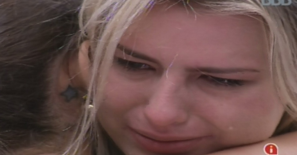 25.jan.2013 - Fernanda abraça Andressa e chora por estar se sentindo excluída pelos outros confinados