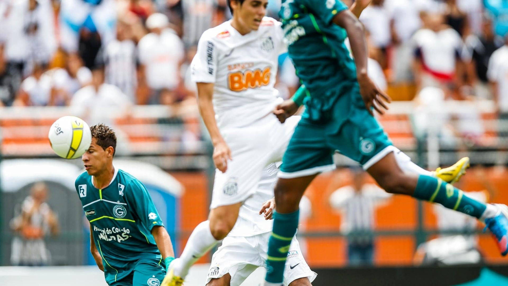 25.jan.2013 - Jogadores de Santos e Goiás dividem bola no 2° tempo da decisão da Copa SP