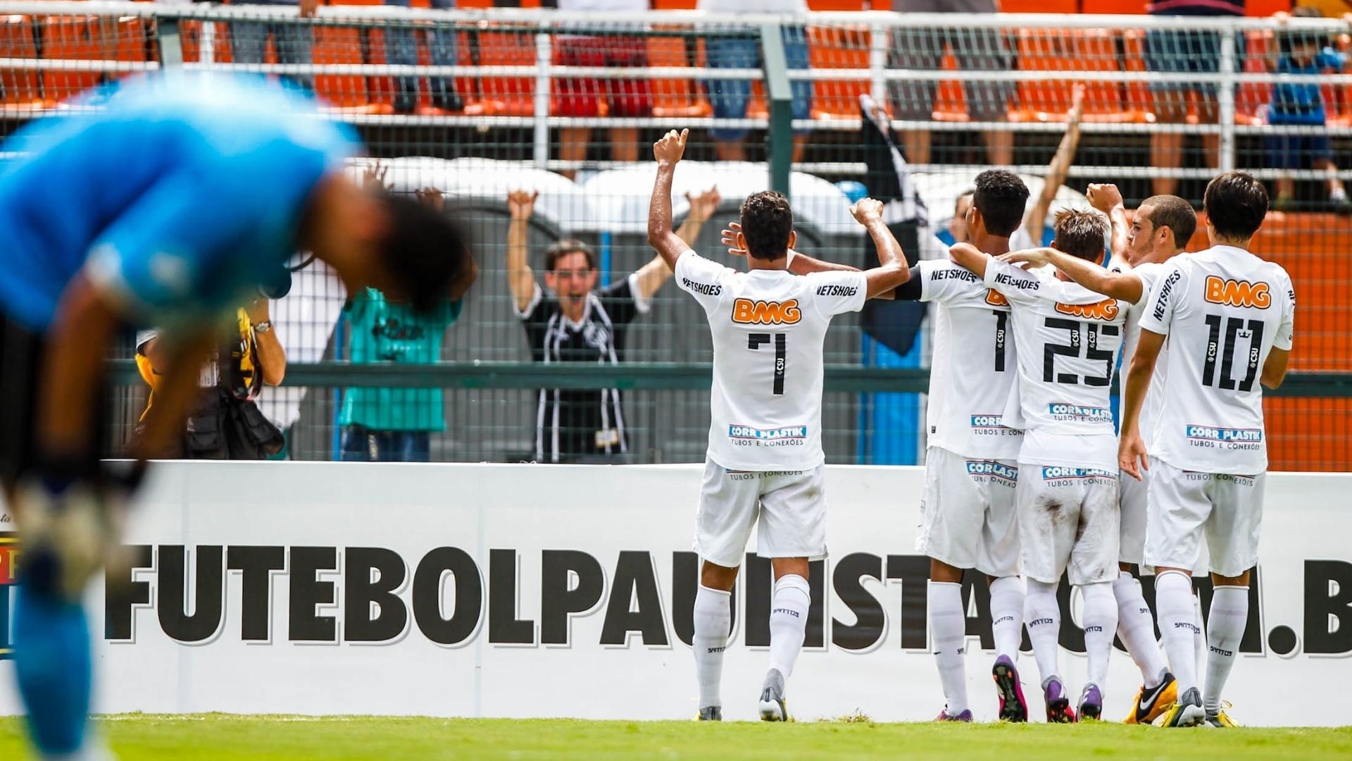 25.jan.2013 - Jogadores do Santos comemoram o gol de Giva, o 3° do time, enquanto o goleiro do Goiás lamenta