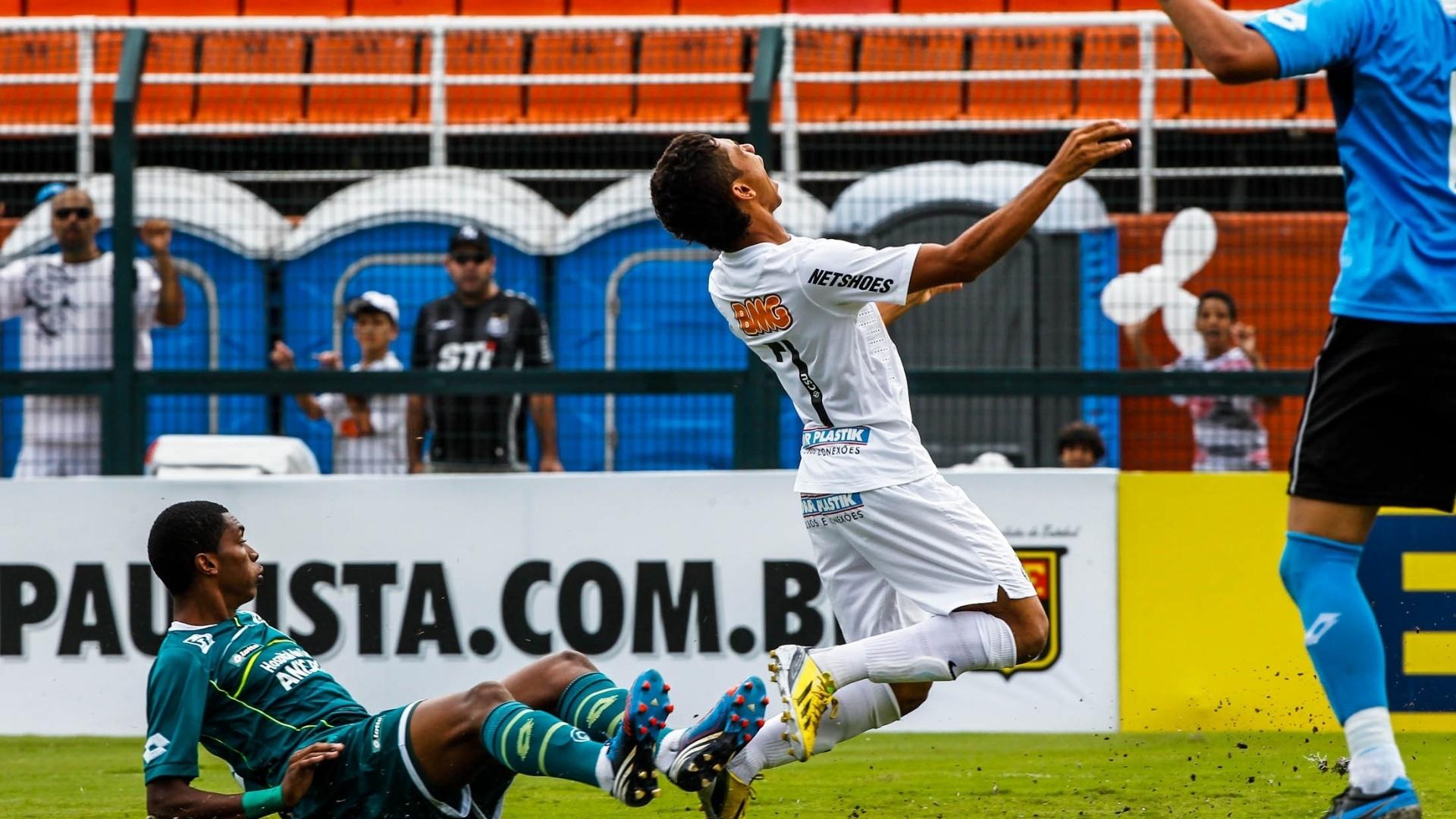 25.jan.2013 - Leandrinho sofre falta em carrinho no 1° tempo da decisão da Copa SP