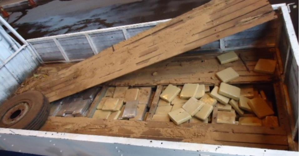 25.jan.2013 - Mais de 400 quilos de maconha foram apreendidos durante uma fiscalização de rotina na Ponte Internacional da Amizade, em Foz do Iguaçu, na manhã desta sexta-feira. A droga estava escondida no fundo falso de um caminhão com placas do Paraguai