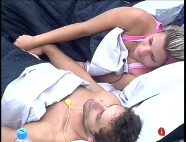 25.jan.2013 - Marien dorme de mãos dadas com Eliéser no quarto do líder