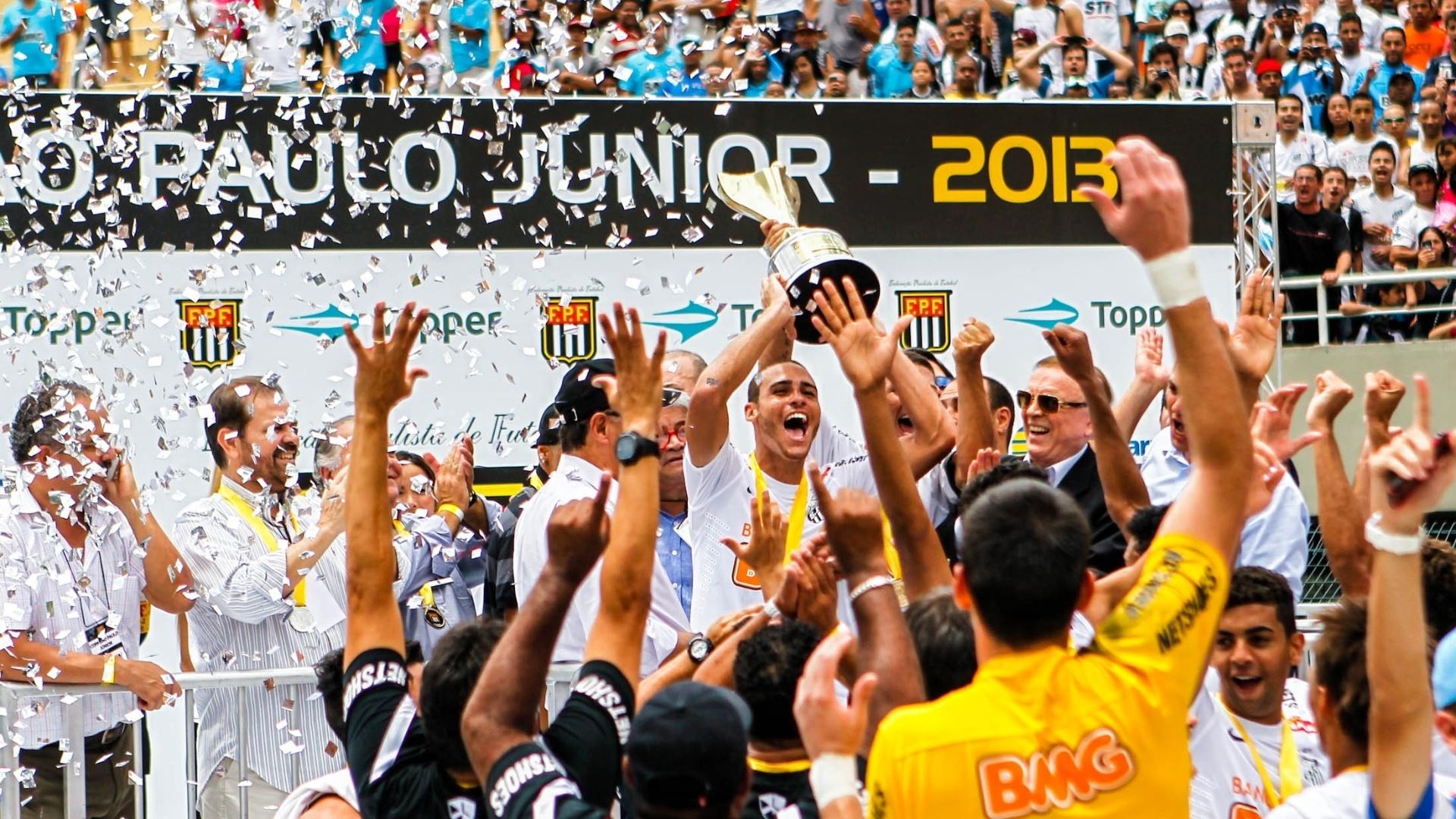 25.jan.2013 - Meia Pedro Castro levanta a taça com seus companheiros de Santos; o time foi campeão da Copa SP pela primeira vez desde 1984