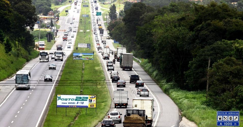 25.jan.2013 - Movimento de veículos na rodovia Fernão Dias, nas proximidades da cidade de Atibaia (SP)