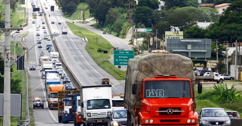 25.jan.2013 - Movimento  intenso de veículos na rodovia Fernão Dias, nas proximidades da cidade de Atibaia (SP)