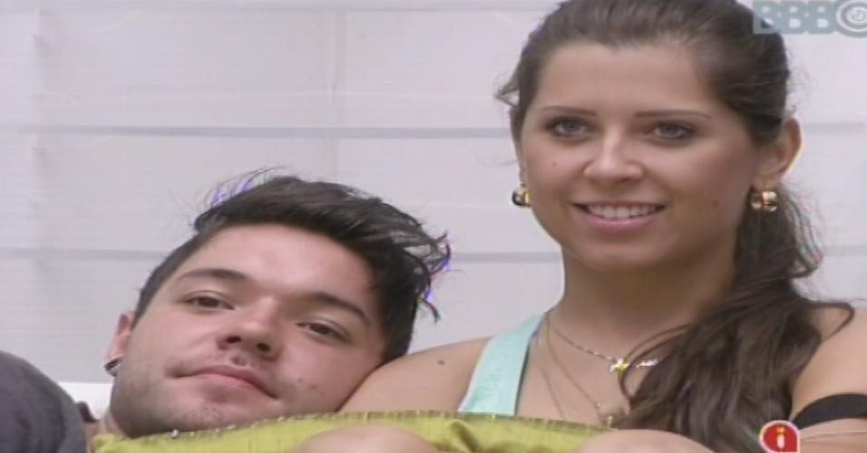 """25.jan.2013 - Nasser e Andressa assitem juntos ao capítulo de """"Pé Na Cova"""""""