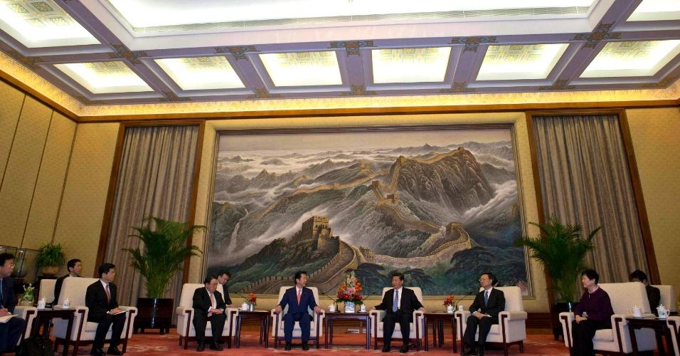 25.jan.2013 - Natsuo Yamaguchi (de terno azul escuro, ao centro), líder do partido japonês New Komeito, encontra o presidente chinês, Xi Jinping (à sua esquerda), em Pequim. Yamaguchi acredita que a tensão entre os países acerca de um arquipélago desabitado ao sul do Japão pode ser resolvida após o encontro