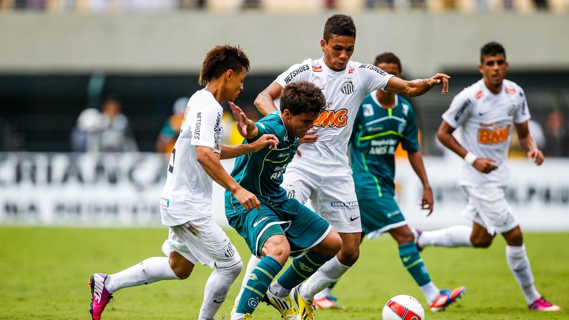 25.jan.2013 - Neílton e Leandrinho disputam bola com jogador do Goiás na decisão da Copa SP
