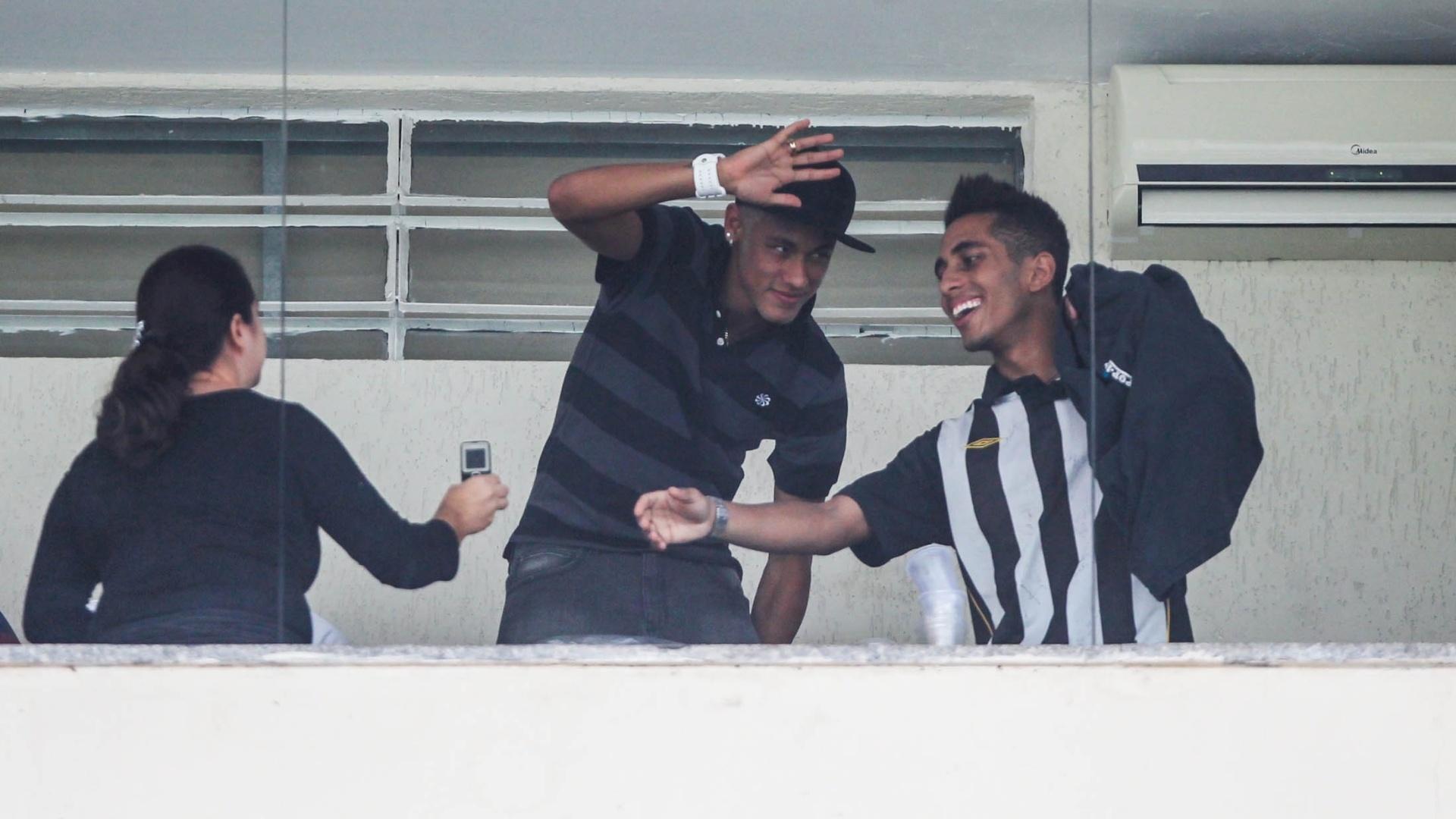 25.jan.2013 - Neymar acompanha a final da Copa São Paulo em camarote no Pacaembu