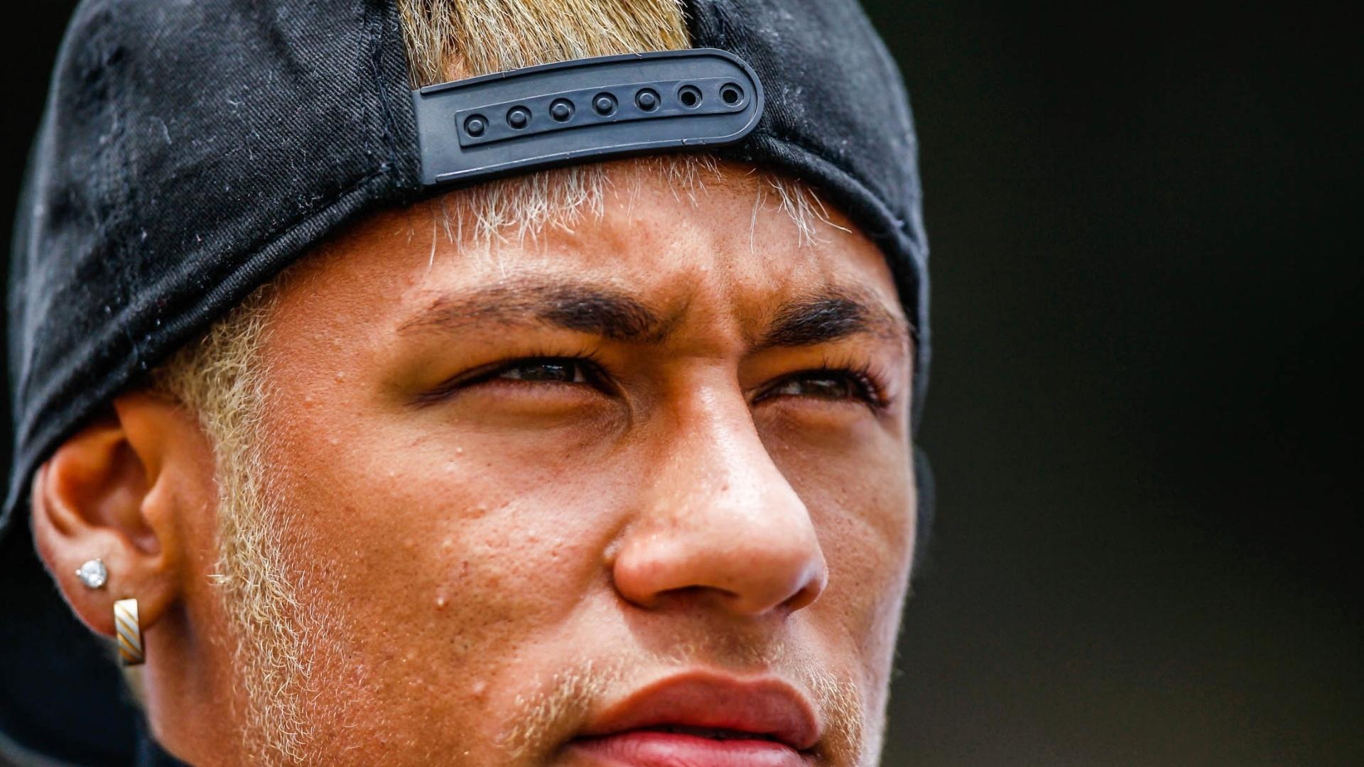 25.jan.2013 - Neymar acompanhou os novos jogadores do Santos na conquista da Copa SP no Pacaembu