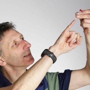 O geneticista Nick Goldman exibe o DNA que guarda arquivos digitais - EBI/Divulgação
