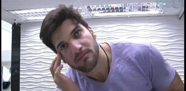 25.jan.2013 - O personal Marcello passa creme no rosto e cuida da pele
