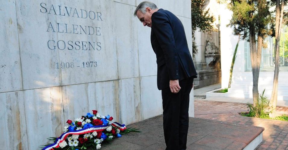 25.jan.2013 - O primeiro-ministro francês, Jean-Marc Ayrault, visitou o túmulo do ex-presidente chileno Salvador Allende no Cemitério Geral em Santiago, Chile, nesta sexta-feira. Ayrault participa do encontro da CELAC (Cúpula da Comunidade de Estados Latino-Americanos e do Caribe) que acontece neste fim de semana no Chile