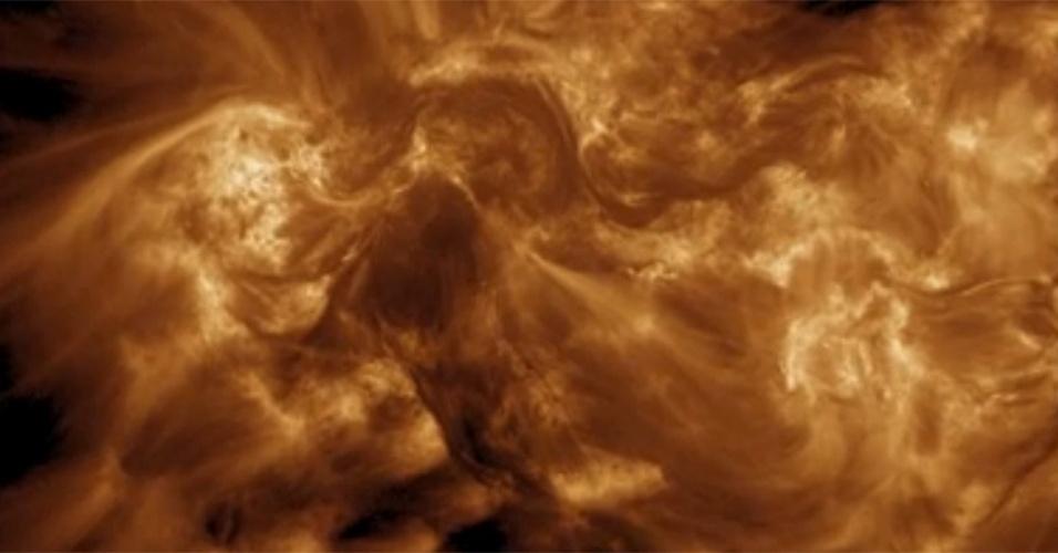 25.jan.2013 - O telescópio High Resolution Coronal Imager (Hi-C, na sigla em inglês) identificou como o Sol acumula e libera energia, ao captar fios de plasma magnéticos nas camadas exteriores do astro. Esta é a primeira evidência clara da transferência de energia do campo magnético do Sol para sua coroa, sua parte mais quente, algo que até agora era conhecido apenas na teoria. A Nasa (Agência Espacial Norte-Americana) lançou o Hi-C no ano passado para estudar a coroa do Sol
