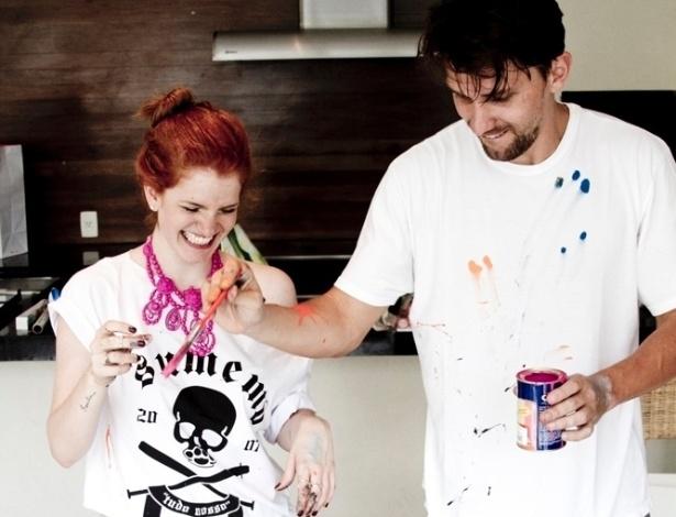 25.jan.2013 - Paulo André e Bia Tambelli iniciam a pintura com as chuteiras